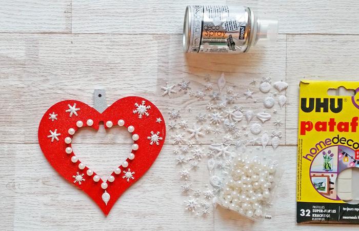sapin noël classique avec le cœur décoratif en bois