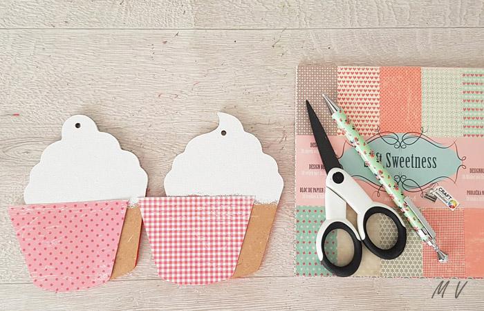 coller du papier sur les cupcake en bois