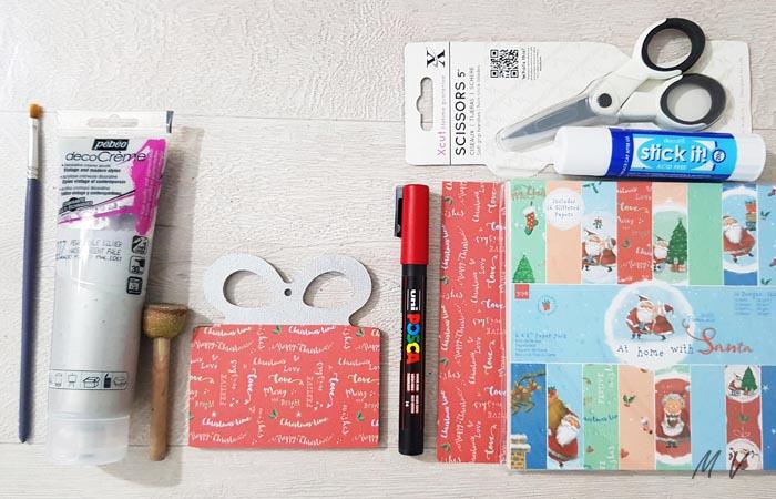 coller du papier sur le paquet cadeau en bois