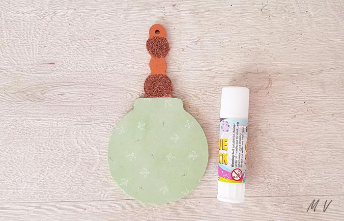 coller du papier sur la boule perle en bois