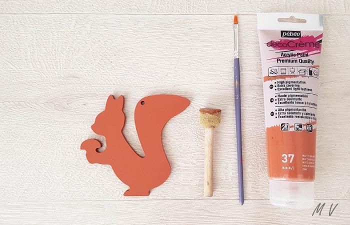 peindre en marron l'écureuil en bois