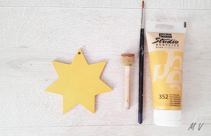 peindre en or l'étoile en bois
