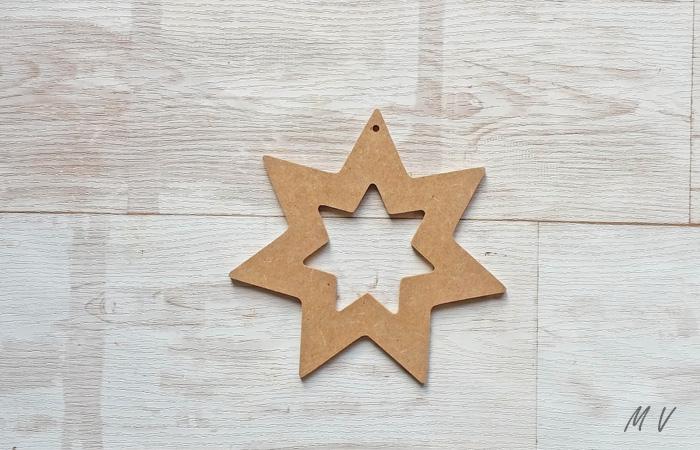 jolie étoile en bois à suspendre dans le sapin noël classique
