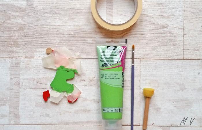 ajouter de la peinture vert sur el lutin en bois