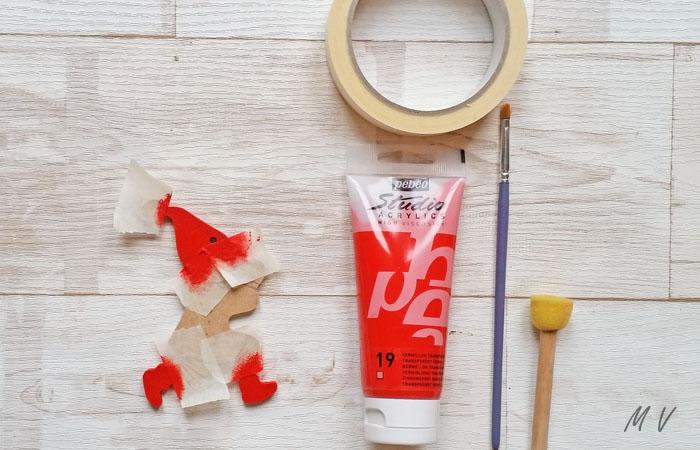 peindre le lutin en bois en rouge
