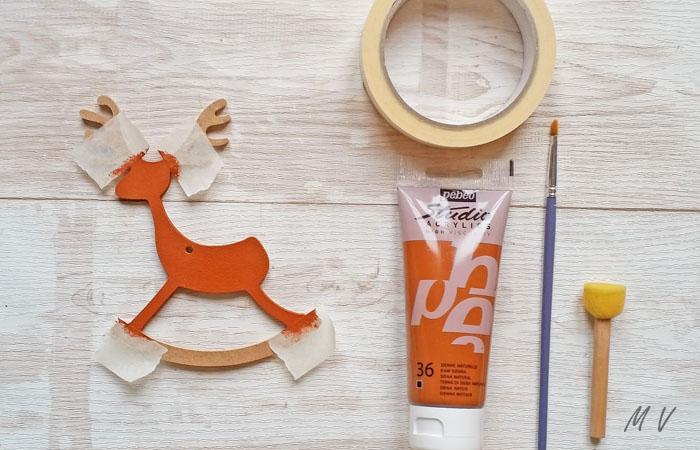 peindre en marron le renne en bois